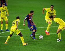 El delantero del FC Barcelona Leo Messi (c) juega un balón rodeado de jugadores del Villarreal, durante el partido de la tercera jornada de Liga en Primera División. (Foto Prensa Libre: EFE).