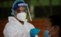 """AME7783. SANTO DOMINGO (REPÚBLICA DOMINICANA), 28/09/2020.- Una jugadora de las """"Reinas del Caribe"""", sobrenombre de la selección femenina de voleibol, se somete hoy a una prueba de COVID-19 en Santo Domingo (República Dominicana). Los atletas dominicanos clasificados a los Juegos Olímpicos de Tokio se sometieron este lunes a pruebas PCR, las más fiables para detectar el coronavirus, antes de comenzar a entrenarse en una 'burbuja' para protegerse de la pandemia. Los primeros en someterse a los test fueron los boxeadores y las integrantes del equipo femenino de voleibol, y en los próximos días harán lo mismo el resto de deportistas. EFE/ Orlando Barría"""