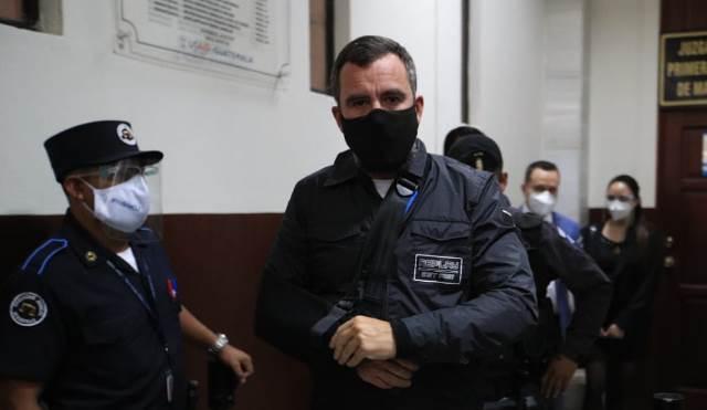 Alejandro Sinibaldi, exministro de Comunicaciones, sale de audiencia en el Juzgado de Mayor Riesgo B. (Foto Prensa Libre: Carlos Hernández)