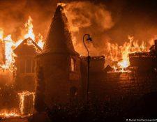 Las llamas arrasan con las instalaciones de Chateau Boswell Winery, en Santa Helena, California.