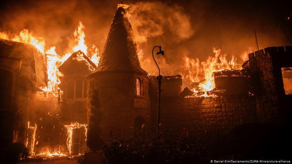 Miles huyen del fuego que arrasa con casas y viñedos de California