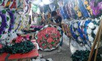 La venta de flores y coronas para el Día de Todos los Santos registra una baja considerable a causa de las restricciones por la pandemia de coronavirus. (Foto Prensa Libre: Andrea Domínguez)
