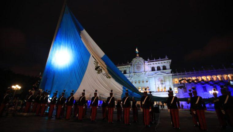 Izada de la bandera frente al Palacio Nacional del Cultura. (Foto Prensa Libre: Carlos Hernández)