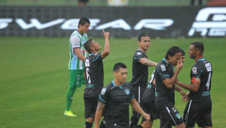 Carlos Mejía festeja el gol de los cremas contra Antigua. (Foto Prensa Libre: Norvin Mendoza)