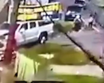 Momento del accidente en Quetzaltenango. (Foto Prensa Libre: Tomada de video)