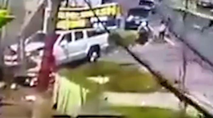 Video: picop pierde el control y arrolla a motorista en Quetzaltenango