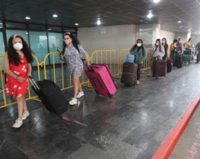 Pasajeros ingresan al Aeropuerto Internacional La Aurora y deben cumplir protocolos de bioseguridad. (Foto Prensa Libre: Érick Ávila)