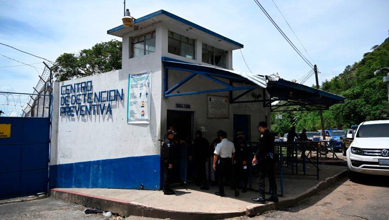 En el Centro Preventivo para Hombres de la zona 18, las autoridades penitenciarias han localizado conexiones de fibra óptica para que los reos tengan acceso ilegal a internet. (Foto Prensa Libre: AFP)