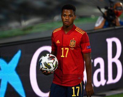 Ansu Fati festejó su gol y provocó un penalti a favor de España. (Foto Prensa Libre: AFP)