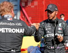 ewis Hamilton y  Valtteri Bottas se saludan al final de las pruebas de clasificación. (Foto Prensa Libre. AFP).