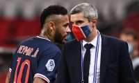 Paris Saint-Germain's Brazilian forward Neymar (L)  leaves the pitch after a red card  at the end of the French L1 football match between Paris Saint-Germain (PSG) and Marseille (OM) at the Parc de Princes stadium in Paris on September 13, 2020. (Photo by FRANCK FIFE / AFP)