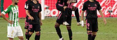 Sergio Ramos  celebra con sus compañeros después de anotar en e partido contra el Real Betis. (Foto Prensa Libre: AFP).