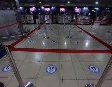 El distanciamiento adecuado entre usuarios es una de las medidas de seguridad  implementadas en el aeropuerto. (Foto Prensa Libre: Noé Medina)