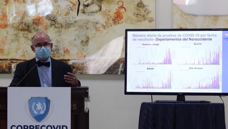 Edwin Asturias, jefe de la Coprecovid, brinda detalles de la estrategia para aumentar el número de pruebas para detectar covid-19. (Foto Prensa Libre: Miriam Figueroa)