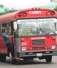 Por la falta de control se desconoce cuantos ayudantes trabajaban en las unidades de transporte urbano. Fotografía: Prensa Libre.