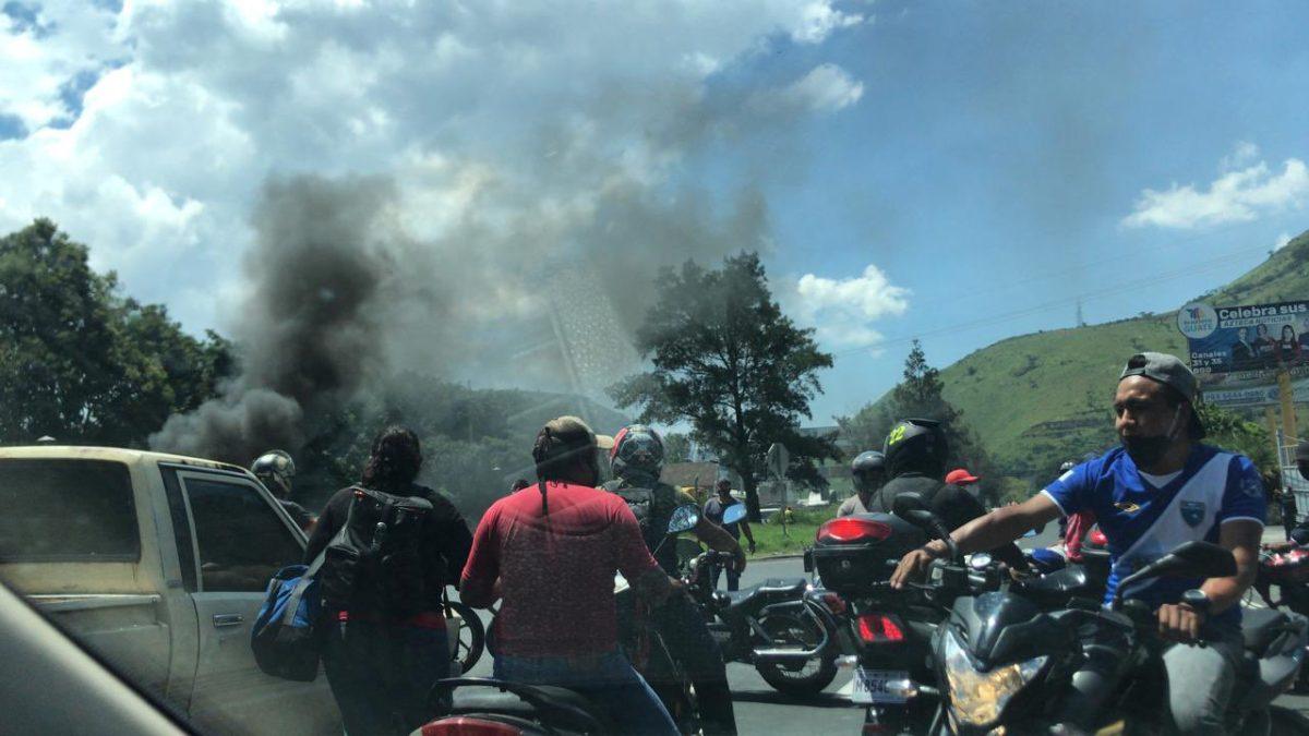 Mototaxistas manifiestan y bloquean el tránsito en el km 30 de la ruta al Pacífico