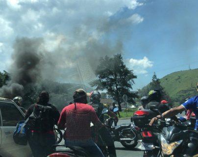 El paso de vehículos está bloqueado en el km 30 de la ruta al Pacífico por una manifestación. (Foto Prensa Libre: Pampichi News)