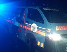 Socorristas atendieron a una persona que sufrió una herida cuando colapsó parte del techo de su casa, en la zona 7 capitalina. (Foto Prensa Libre: imagen de referencia de Bomberos Voluntarios)
