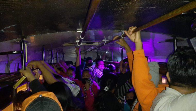 Un autobús sobrecargado y sin aplicar medidas sanitarias ante la emergencia sanitaria por el coronavirus fue interceptado en Mixco. (Foto Prensa Libre: Municipalidad de Mixco)