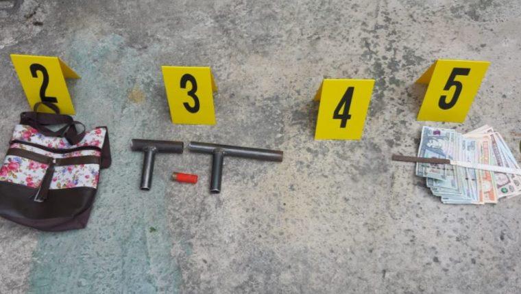 Algunos de los ilícitos incautados en las zonas 5 y 18. (Foto Prensa Libre: PNC)