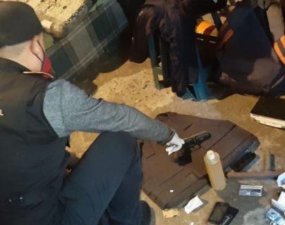 En uno de los cateos han sido localizadas armas. (Foto Prensa Libre: PNC)