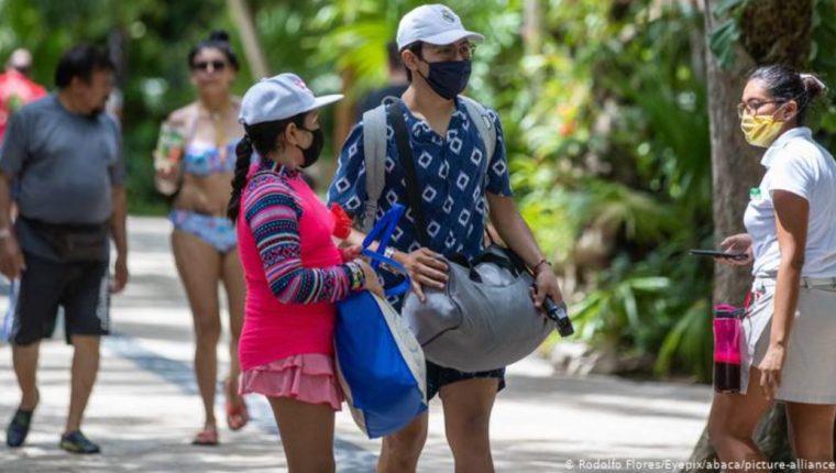 Las personas salen a las calles con mascarilla para protegerse del coronavirus. (Foto Prensa Libre: DW)