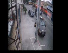 Imágenes que circulan en redes sociales en las que se observa el suceso registrado en la zona 6 de la capital. (Foto Prensa Libre: Captura de pantalla de video)