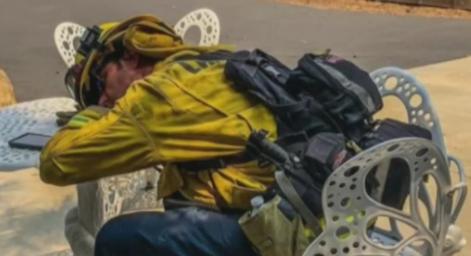 Incendios en California: la foto de un socorrista exhausto que le da la vuelta al mundo