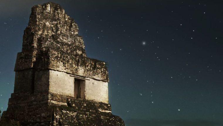 El Templo I de Tikal es llamado Gran Jaguar en alusión al gobernante Jasaw Chan K'awiil, quien ordenó su construcción en el año 734. La pirámide  tuvo originalmente una  colorida decoración pero hoy su característico blanco y negro es un ícono inconfundible de Guatemala. (Foto Prensa Libre: Sergio Montúfar Codoñer).