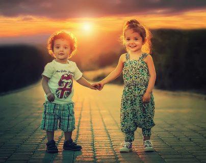 Al tener un hermano, el niño es más sociable y le es más fácil hacer amigos en la edad escolar. (Foto Prensa Libre: Pixabay).