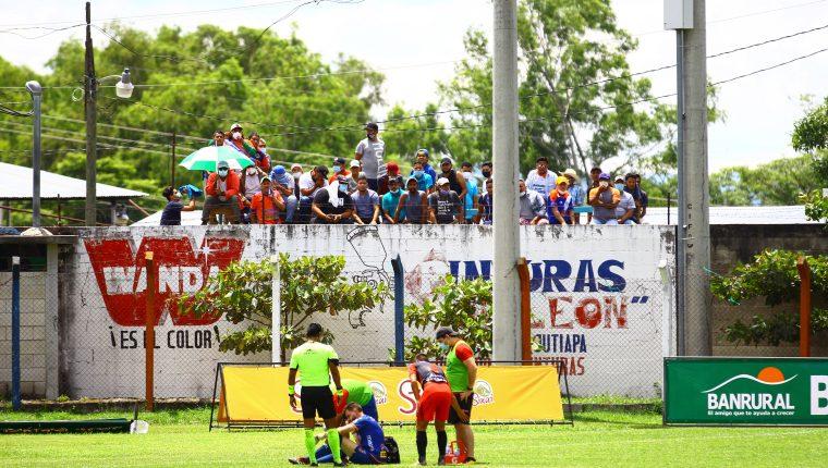 Los orientales colocaron unos camiones con carrocería para el trasporte de ganado para presenciar el encuentro. Foto Prensa Libre: Luis López.
