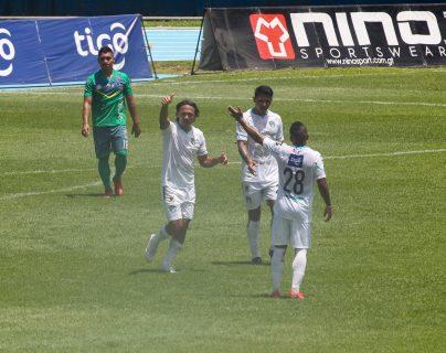 Agustín Herrera marcó un doblete para la victoria crema 2-0 sobre Santa Lucía. Foto Prensa Libre: Norvin Mendoza