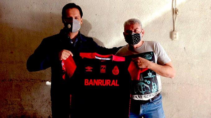 Pedro Arriaza, gerente de mercadeo de Municipal, visitó a Lobo Vásquez en su casa de la zona 5. (Foto Prensa Libre: Tomada de @prarriaza)