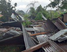 En Huhuetenango los ventarrones volaron varios techos. (Foto: Conred)