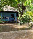 En Escuintla también se desbordó el río Coyolate y afectó a varias familias. (Foto: Conred)