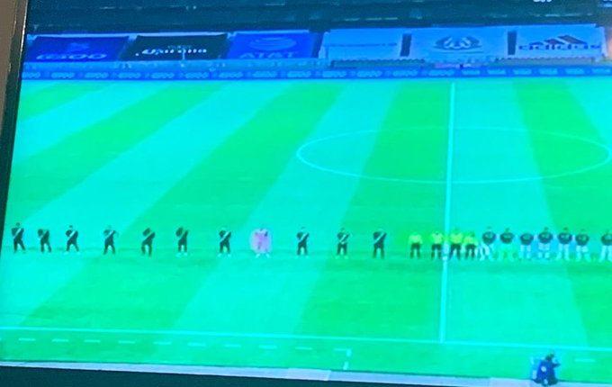 El director de la Coprecovid, Edwin Asturias, compartió una fotografía en la que se observa a la selección nacional guardando distanciamiento social. (Foto Prensa Libre: Tomada de la cuenta de Twitter @easturia)