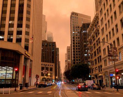 Vista del cielo anaranjado casi rojo que tiñe el ambiente en San Francisco, California (Foto Prensa Libre: EFE)