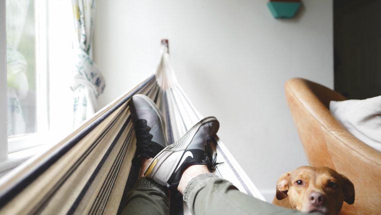 Dedicar tiempo a actividades que lo relajen será de beneficio para su salud. (Foto Prensa Libre: Drew Coffman on Unsplash).