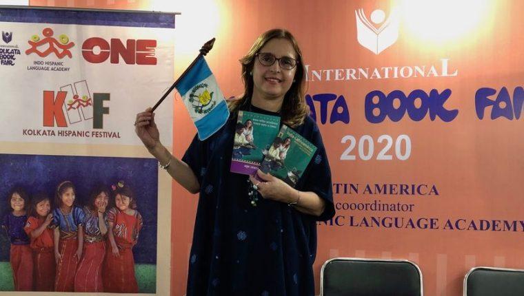 La chef Euda Morales en la presentación de su libro India-Latinoamérica: similitudes y diferencias en sus comidas (español y traducido al bengalí) fue presentado en la Feria Internacional del Libro de Calcuta 2020. (Foto Prensa Libre: cortesía).