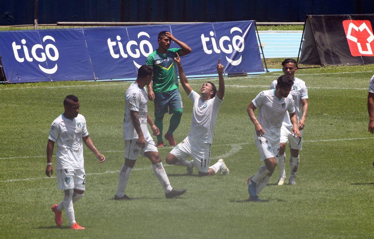 Agustín Herrera marca doblete y los cremas derrotan a Santa Lucía Cotz.