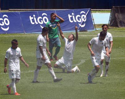 Agustín Herrera festejó frente a Santa Lucía Cotz. (Foto Prensa Libre: Norvin Mendoza)