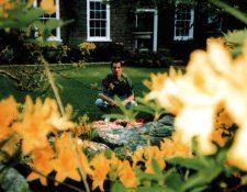 Freddie Mercurie en el jardín de su mansión, la cual fue heredada a su exesposa.  Foto Jim Hutton