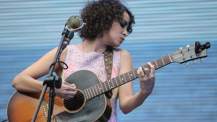 El sexto álbum de la guatemalteca Gaby Moreno competirá en la 21 edición de los Latin Grammy. (Foto Prensa Libre: Keneth Cruz)
