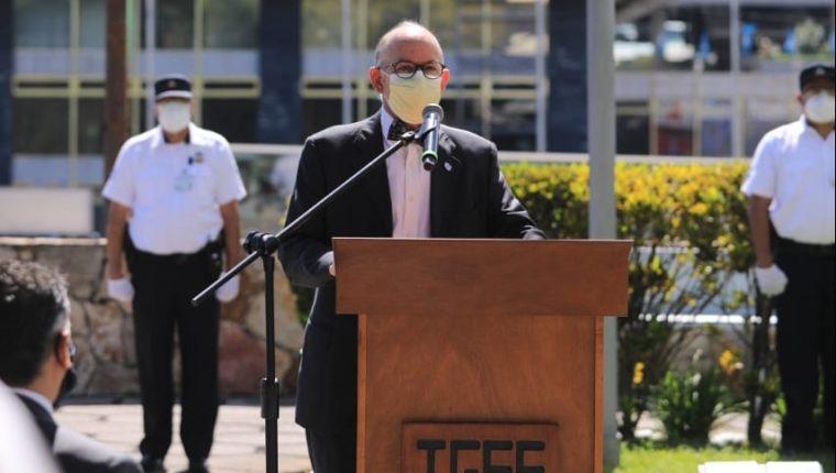 Edwin Asturias, director de la Coprecovid, asistió a un acto en homenaje al personal fallecido del IGSS durante la emergencia del coronavirus. (Foto Prensa Libre: IGSS)