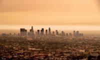 -FOTODELDIA- EA5243. VENICE (ESTADOS UNIDOS), 10/09/2020.- Vista del centro de Los Ángeles bajo un cielo nublado naranja por la tarde hoy, en California (EE. UU.). El humo de los incendios forestales de California en lo alto de la atmósfera en todo el estado bloqueó la luz solar y convirtió el cielo en naranja y amarillo durante la mayor parte del día. EFE/ Etienne Laurent
