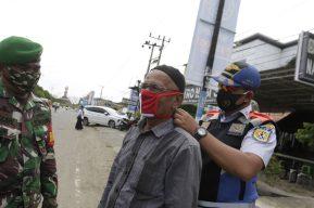 Cavar tumbas, el castigo para las personas que no usan la mascarilla en Indonesia por el covid-19