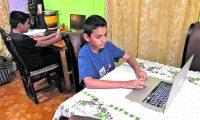 Por la pandemia de covid-19, los sistemas educativos del mundo, incluido el guatemalteco, suspendió las clases presenciales. No todos los niños han tenido acceso a tecnología para continuar sus estudios (Foto Prensa Libre: Hemeroteca PL)