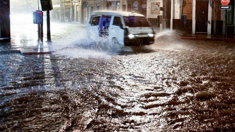 Alerta en el país por lluvias de las próximas horas que podrían causar derrumbes e inundaciones