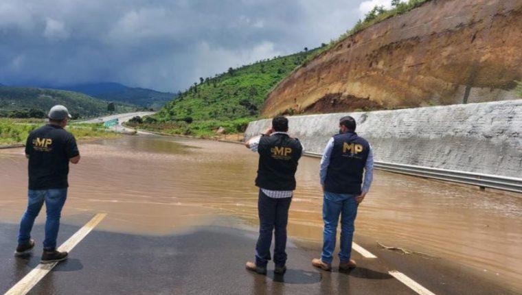 Investigadores del MP efectúan diligencia en el libramiento de Chimaltenango. (Foto Prensa Libre: MP)