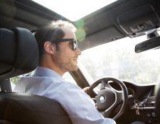 Para conducir con fuerte luminosidad de frente o de costado es recomendable utilizar gafas de sol con revestimiento antirreflejos o polarizadas. Foto Prensa Libre: DPA